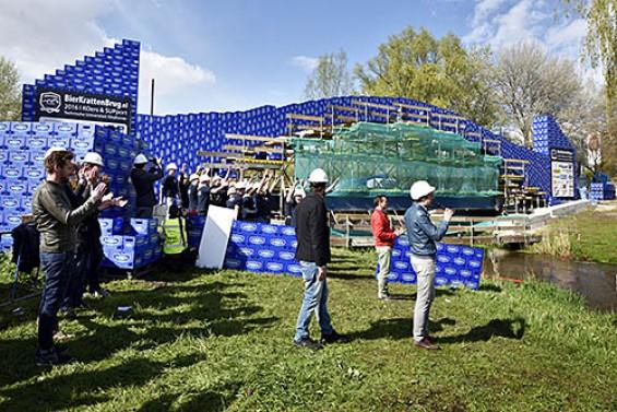 Wereldrecord bierkrattenbrug over water | Passie voor techniek - EchtWerk.nl