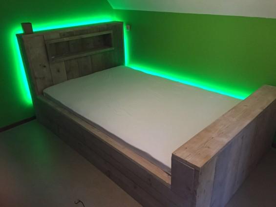Bed met neonverlichting | Passie voor techniek - EchtWerk.nl